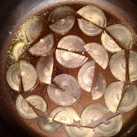 Les oignons au fond de la poêle beurrée