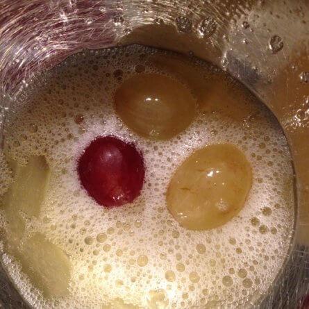 Les raisins dans le blanc d'œuf